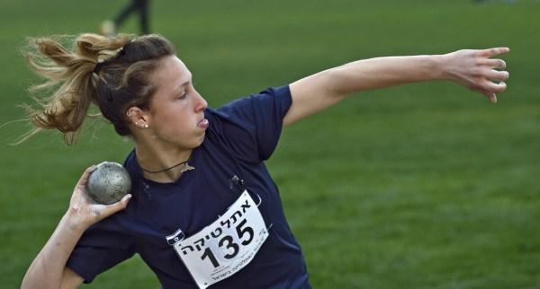 נעה מאור שיפרה לאחרונה את שיאה בכדור ברזל ומוכנה לזכייה בתואר (צילום: טיבור יגר)