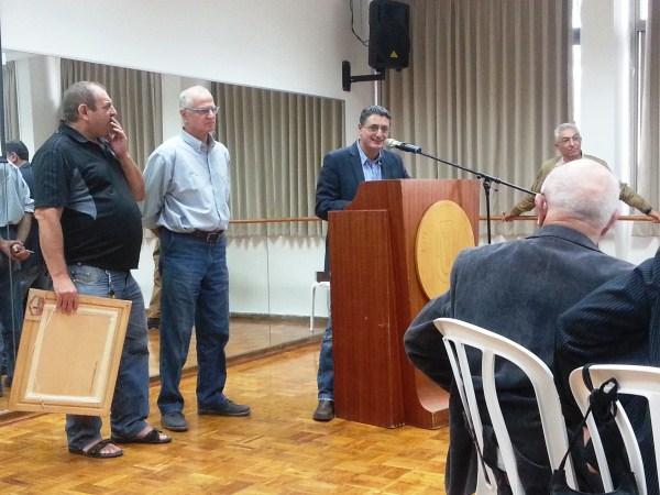 נציגי איגוד האתלטיקה מעניקים לסטפן שי