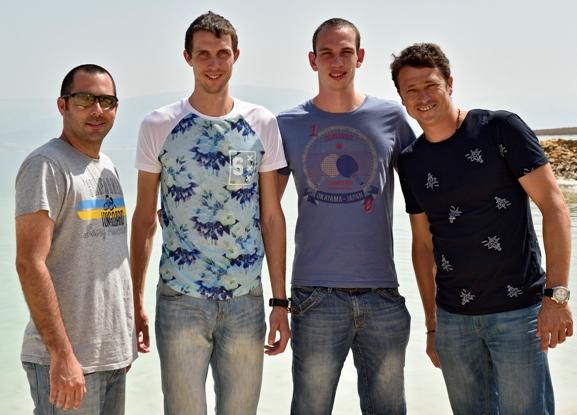 עומדים (מימין לשמאל): אברבוך, צור ליברמן, בוגדן בונדרנקו ומולי מלכא (צילום: טיבור יגר)