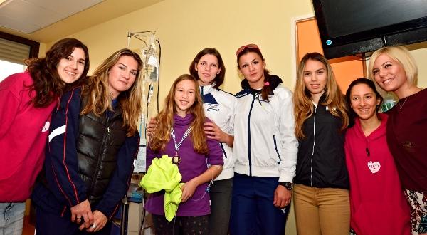 האתלטיות עם מתנדבות עמותת רחשי לב והילדה המקסימה מהמחלקה (צילום: טיבור יגר)