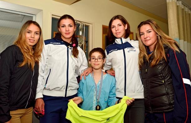 מימין: ז'ניה, חנה, מרגריטה ואולגה עם אחד הילדים המאושפזים במחלקה (צילום: טיבור יגר)