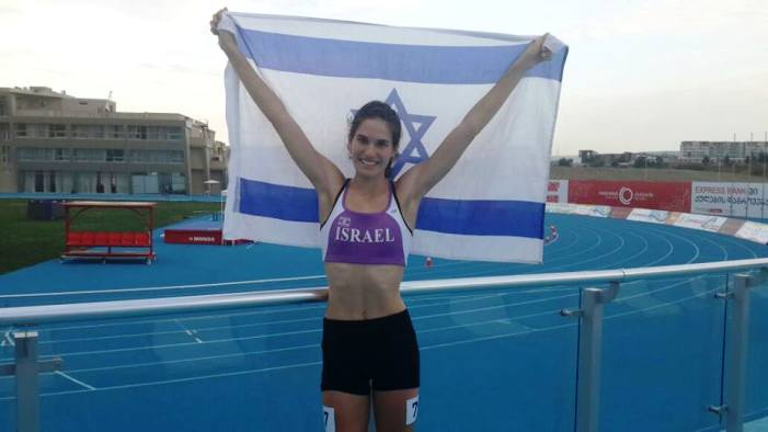 קדמון מראה לכולם את מי היא מייצגת (צילום באדיבות הוועד האולימפי בישראל)