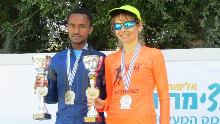 דולינין וטפרי אחרי קבלת גביעי הזכייה באליפות ישראל בחצי מרתון