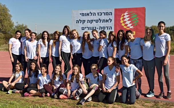 האתלטיות במחנה בנעורים (צילום: טיבור יגר)