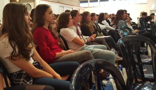 הנשים הצעירות מגלות עניין