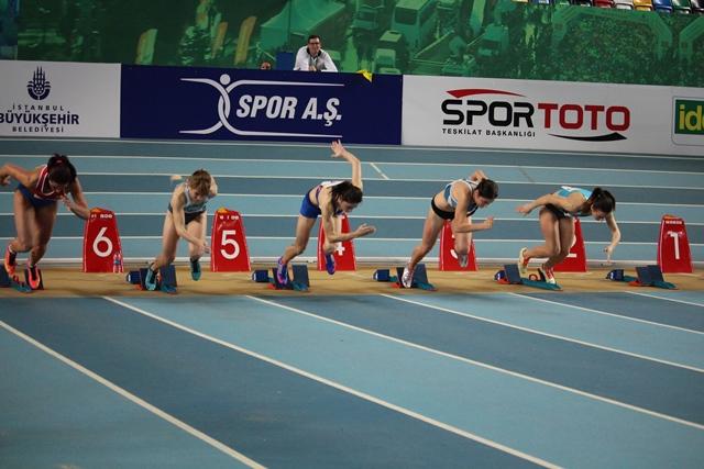 ויסמן (שניה מימין) מזנקת לשיא הישראל לנערות ב-60 מ' (צילום באדיבות התאחדות האתלטיקה הטורקית)
