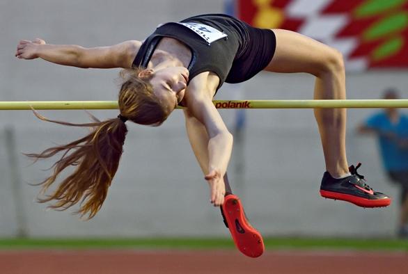 צ'יינוב עוברת 1.73 מ' בניסיון הראשון ומשווה את השיא הישראלי לילדות 15 (צילום: טיבור יגר)