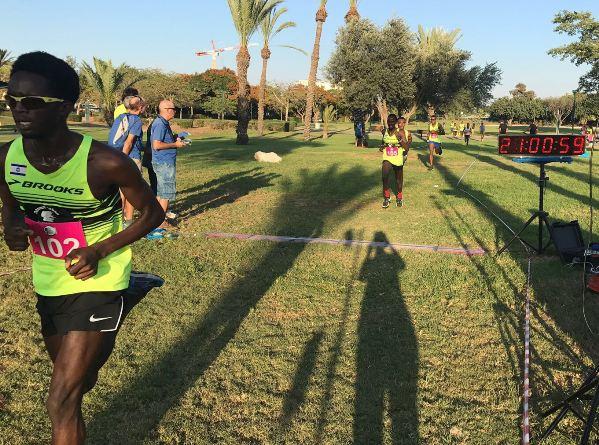 עבדול ג'אבר (שמאלי בתמונה) מוביל את חבורת הרצים במהלך ריצת השדה