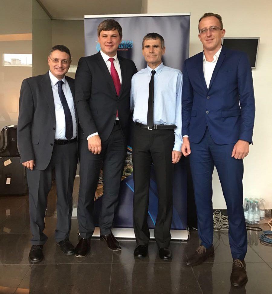 ואדים דוויאטובסקי (שני משמאל) אחרי חתימתו על ההסכם. מימינו ז'ק כהן, משמאלו גל לב רן וסאשה בוט-חוסיים