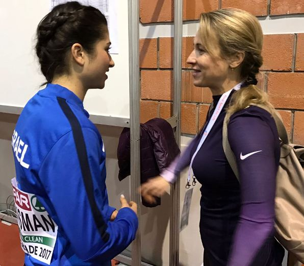 הויסמניות - דיאנה (משמאל) והמאמנת אירינה לאחר הופעתה של הספרינטרית במוקדמות