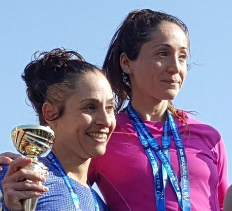 כנעני (מימין) וזנגי-רדושיצקי נרגשות על דוכן קבלת המדליות