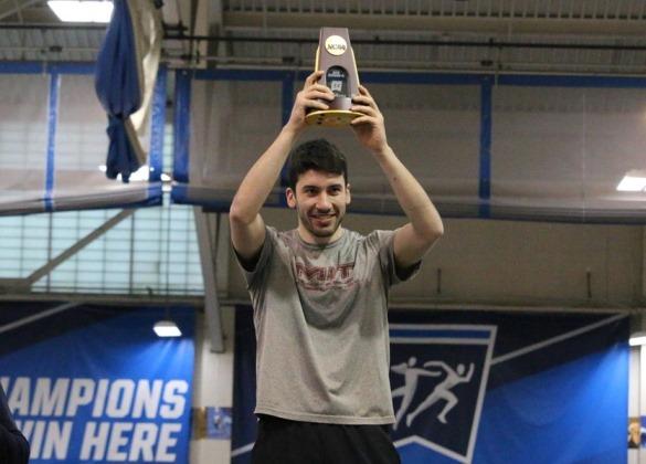 שאול מניף את תואר אליפות הדרג השלישי של המכללות באולם (צילום מתוך אתר אונ' MIT)