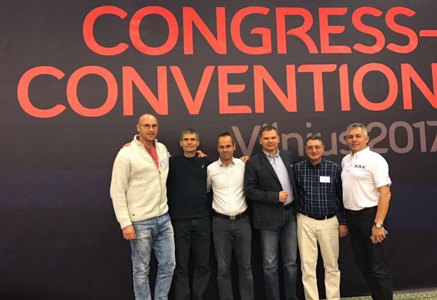 חברי משלחת 4 חברות ההסכם הבין-ארצי בתמונה משותפת לאחר החתימה על ההסכם המחודש